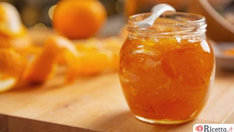 La marmellata di arance è una preparazione dolciaria molto gradevole e raffinata. E' facile farla in casa, basta seguire la semplice ricetta, il risultato è goloso e sorprendente. La marmellata di arance è ottima da gustare al naturale, spalmandola semplicemente su una fetta di pane o sui biscotti, ma può anche diven