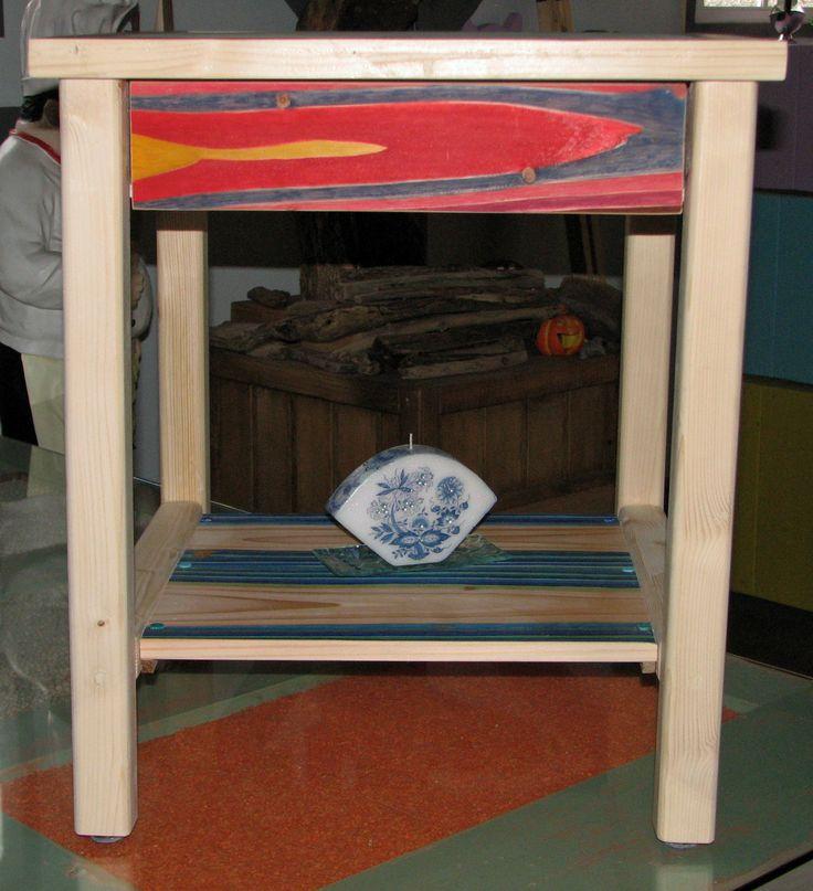 Handgemaakte bijzettafel, 470x470x500 mm(lxbxh), 2 lades en 2 platen. De platen en de lades zijn kunstwerken van de kunstenaar RoPi. Deze kunstwerken maken het meubel absoluut uniek.