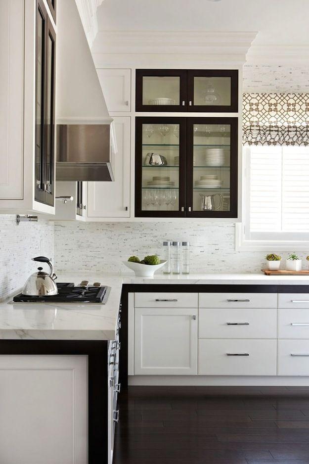 Фотография: Кухня и столовая в стиле Скандинавский, Интерьер комнат, Цвет в интерьере, Белый, черная кухня, черно-белая гамма, как сделать черно-белый интерьер нескучным, черно-белая квартира, интерьер в черно-белых тонах, черно-белая кухня, кухня в черно-белой гамме – фото на InMyRoom.ru