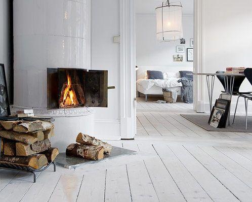 Mooie witte en White Wash laminaat vloeren en houten vloeren. Prachtig in een landelijk interieur.