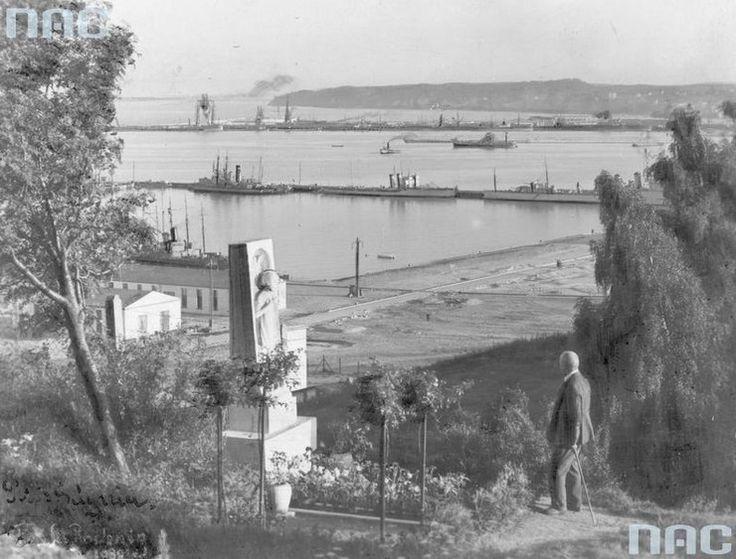 """Port morski w Gdyni. Rok 1936 23 września 1922 roku Sejm uchwalił ustawę """"o budowie portu przy Gdyni na Pomorzu jako portu użyteczności publicznej"""". Rok później do gdyńskiego portu wpłynął pierwszy pełnomorski statek s/s """"Kentucky"""" oraz nastąpiło otwarcie tymczasowego portu wojennego i przystani dla rybaków."""