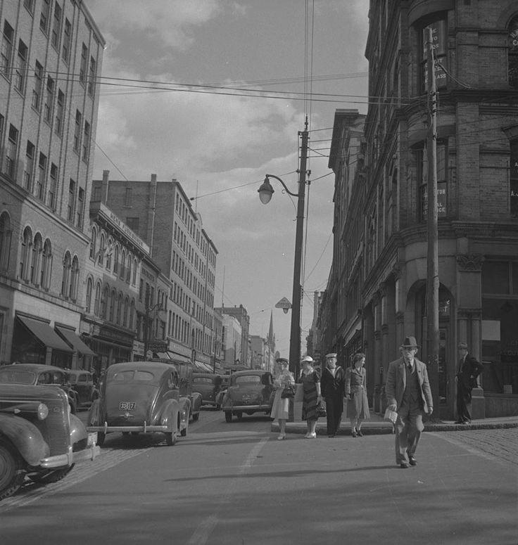 Scène de rue à Halifax, vers 1939-1951  Source : http://collectionscanada.gc.ca/pam_archives/index.php?fuseaction=genitem.displayItem&lang=fre&rec_nbr=4326039