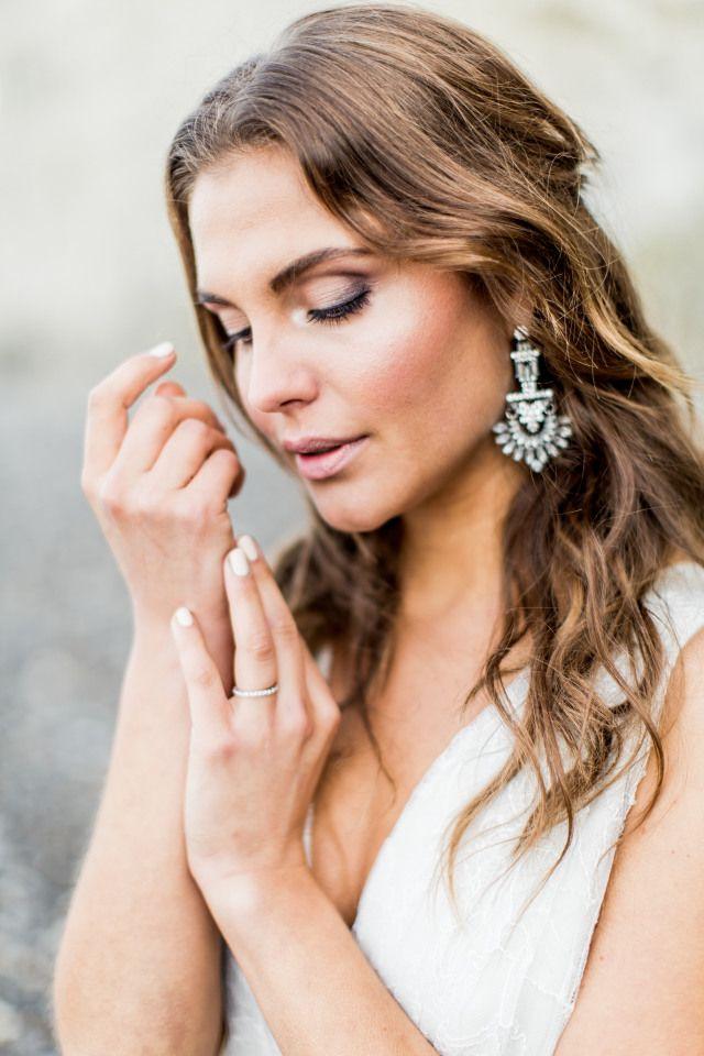 Close-up van de bruids sprankelende highlight en prachtige statement oorbellen!