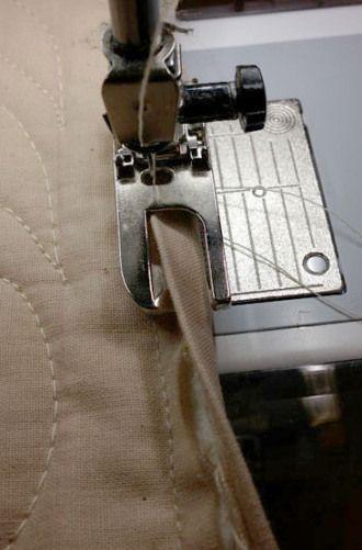 Grande tutorial sobre como vincular sua colcha com a máquina de costura usando um plano caiu pé para manter a costura de ligação e mesmo em frente / trás.  Grande conceito para aqueles de nós que não têm a paciência de fazer tudo o que costura à mão!  por lola