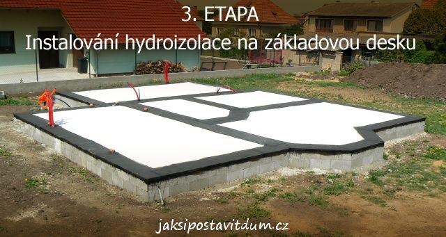 3. ETAPA   KOMÍN A SVISLÉ NOSNÉ KONSTRUKCE   Instalování hydroizolace na základovou desku