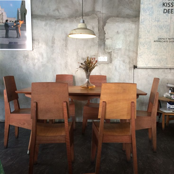 【The Roost Cafe】 A curious combination. The natural materials allow the sophisticated taste of the owner to speak for itself.