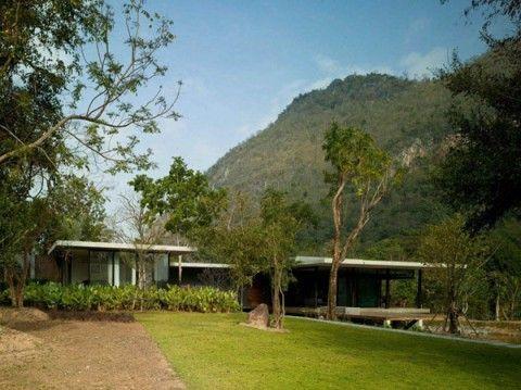 """A orillas de un precioso lago, cerca del parque nacional de Khao Yai, en el corazón de Tailandia, se alza esta maravillosa casa, conocida como """"La casa del lago""""....."""