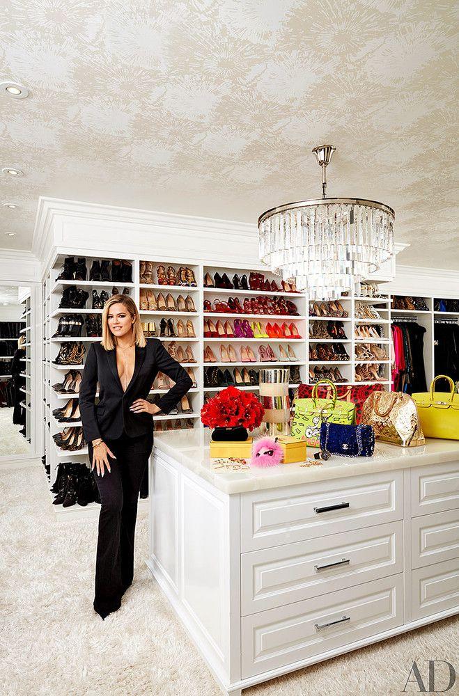 Además de engalanar nuestras páginas, la familia Kardashian-Jenner nos ha dando increíbles consejos de arquitectura e interiorismo. Kourtney Kardashian, Familia Kardashian, Casas California, California Homes, Room Closet, Master Closet, Closet Space, Master Bedroom, Closet Wallpaper