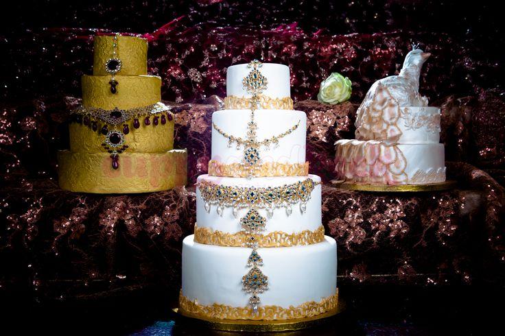 Bruidstaarten met kant, juwelen en pauw afwerking