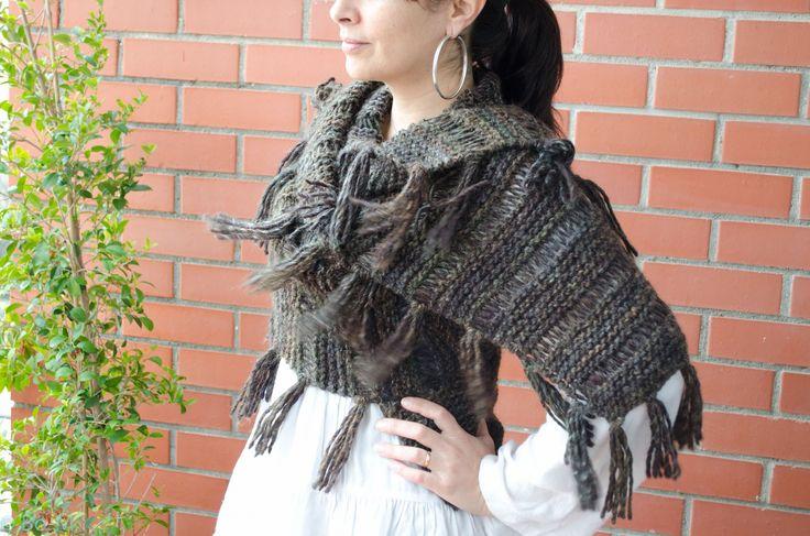 Como sempre tricotado à mão, este colete pode ser usado como tal, ou mais como écharpe e ainda como gola grande.  € 42,00