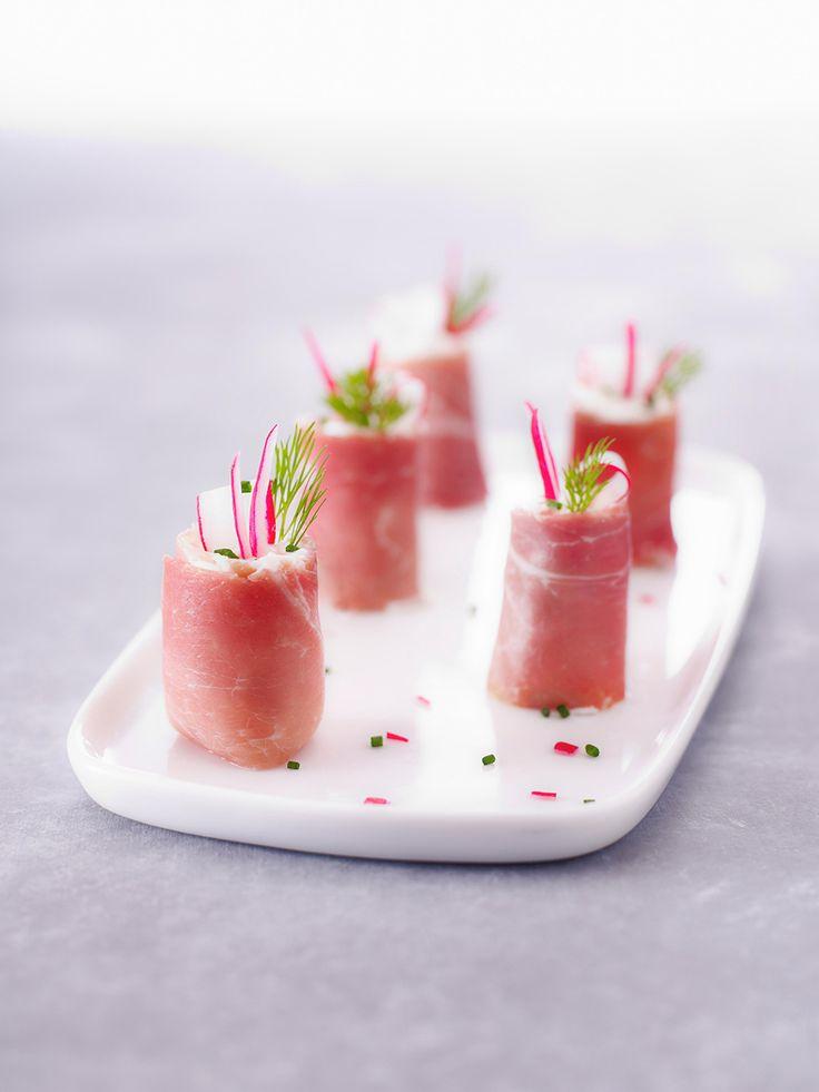 Bouchées apéritives de printemps : jambon cru Aoste, fromage frais et radis.