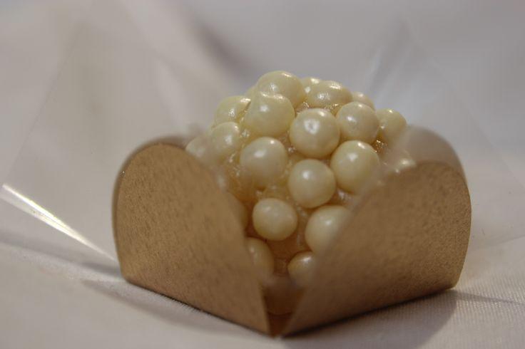 brigadeiro branco - acabamento em pérolas comestíveis