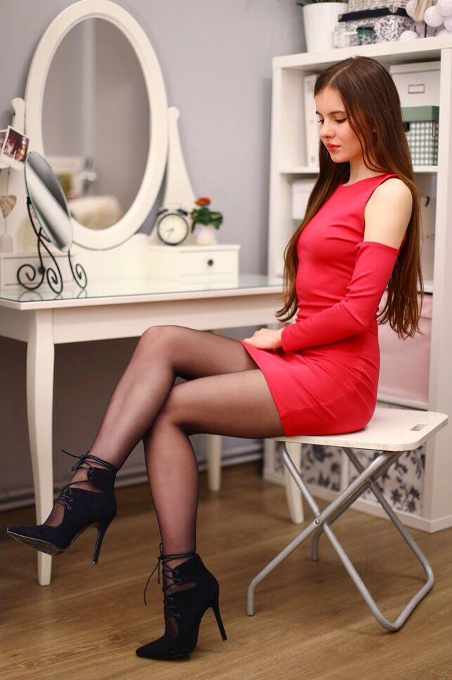 Галерея фото девушек в мини платьях и в чулках, сосет на улицах города видео