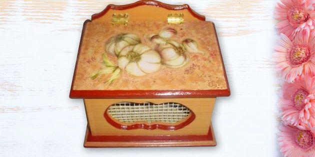 Pieza de madera en forma de porta ajos pintado para su uso, utilizando técnicas para Manualidades en Madera.