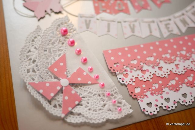 Taufalbum-Babyalbum-Mädchen-rosa-Bastelpaket-Bastel-Kit-Embellishment-Set-Tags-Journaling-Bordüren-Rahmen-Herzen-Schmetterlinge-Fahne-Girlande-Namen-Doilies-Windrad
