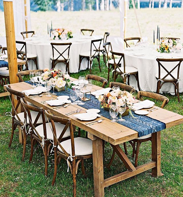 For the reception, round and rectangular farmhouse tables and bistro chairs were arranged under a sailcloth tent. Indigo runners were made of vintage textiles, which the bride loves.  #marthaweddings : @tecpetaja | : @soireetelluride | : @newleaftelluride | : @printerette | table runner: @apprvl | rental: @undertheskyeventrental  Instagram Profile: @martha_weddings  Source/Origem: https://www.instagram.com/p/BY1jQ1DlMkc/