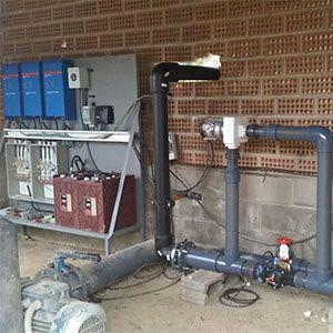 El Pivote puede regar sin problemas con poca presión y aprovechar la presión sobrante para generar la electricidad suficiente que requiere. La propia presión del agua permite alimentar eléctricamente los motores de las unidades motrices de los Pivots y también el panel de control principal.