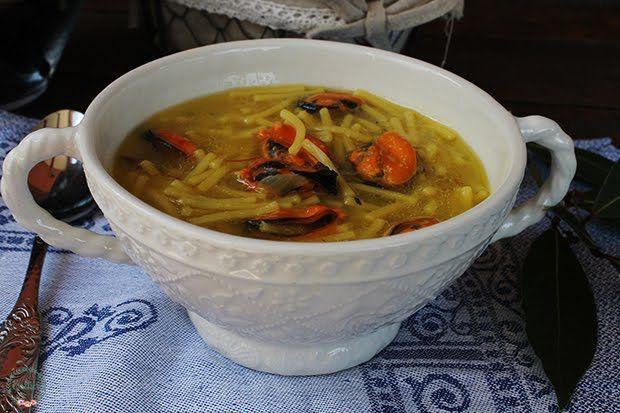 Sopa de fideos y mejillones   INGREDIENTES:   2 dientes de ajo  50 gr de cebolla  2 ramitas de perejil fresco  30 gr de aceite de oliva virgen  500 gr de mejillones coci...