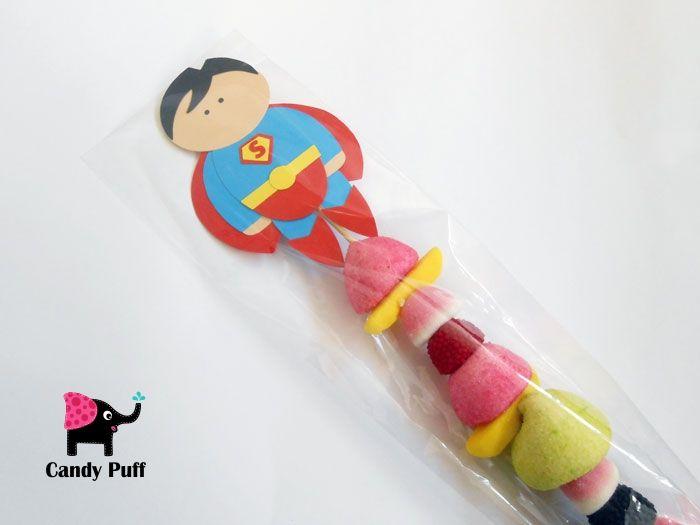 Espetada de Gomas que contém na sua ponta o Super-Homem, criado através da sobreposição de diferentes camadas de papel. Na base da espetada pode ser adicionado um cartão com mensagem.