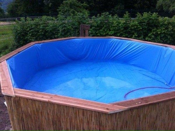 Immense piscine construite avec des palettes étape par étape