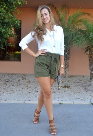 Outfit with shirts of the brand Primark, gladiators of Marypaz, and shorts of Mango