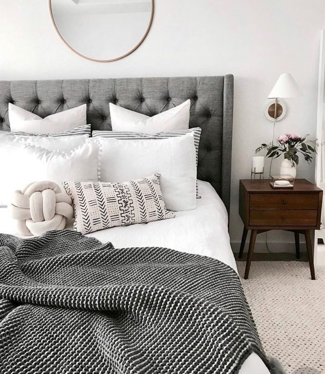 LOVING THIS GLORIOUS BEDROOM, WHICH HAS MINIMAL DECOR, YET THE PIECES CHOSEN, SUCH AS THE GLORIOUS BLACK/WHITE THROW, ARE ABSOLUTELY DIVINE! ⚜