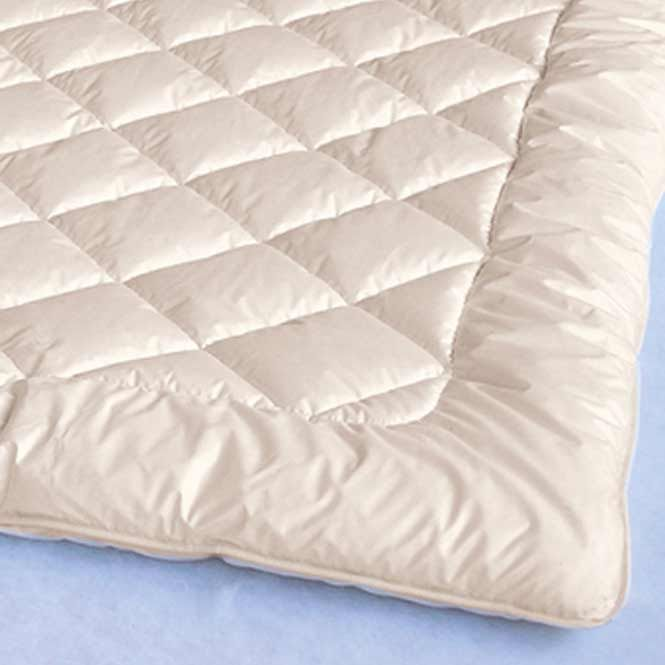 Ganzjahresdecke  Schafschurwolle mittelwarm PUR; Ein mittelwarmes Oberbett aus Schafschurwolle: die ideale Decke für die Übergangszeit. Sie ist nicht zu warm und nicht zu kühl. Bettdecken aus Schafschurwolle sind temperaturausgleichend, atmungsaktiv und sorgen für ein trockenes Bettklima. Unsere Merino Ganzjahresdecke empfehlen wir bei beheizten Räumen im Winter und nicht zu hohem Wärmebedürfnis.