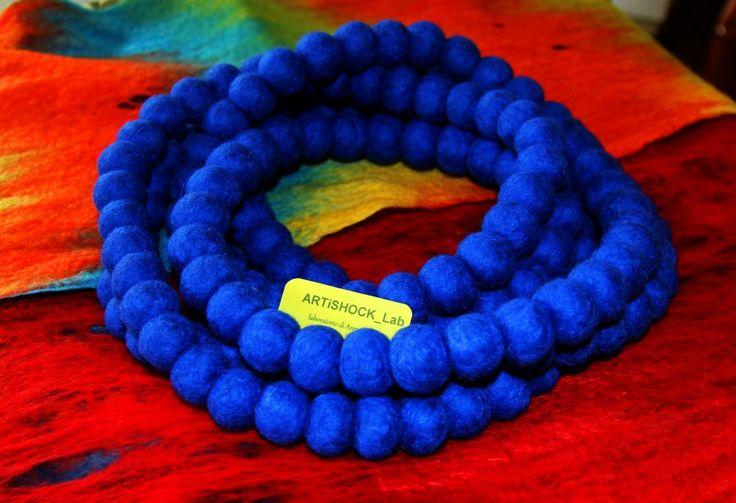 """La sciarpa-collana """"Blu ricco"""" lunghezza 2,86 m, 160 palline (tutte fatto amano), 100% lana naturale. --------------------------------------------------------------- La sciarpa-collana è allo stesso tempo sciarpa e accessorio di bellezza, possiede un effetto scaldante.  Ideale per l'inverno freddo, scalda e vi preserva dal cattivo umore e dalla tristezza!"""
