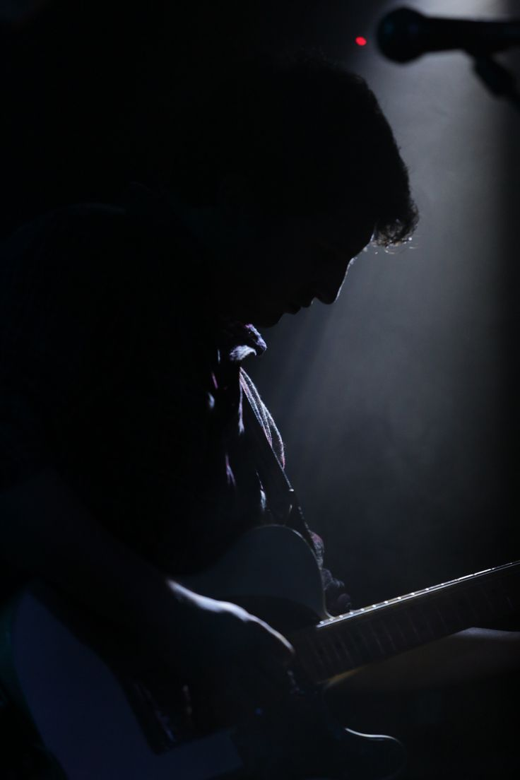 Concert moments - Tocando la guitarra entre luces y oscuridad.  Paying guitar between lights and darkness.