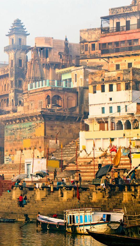 Benares ou Vârânasî ,  inde ville lumière , Gange , très animé , fidèle pratiquant indouisme , 70 escaliers de pierre. Dernière étape sur le chemin de l'illumination .