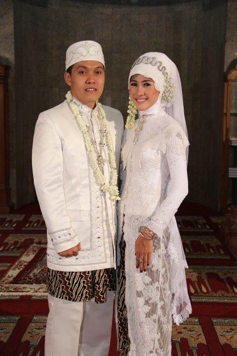 Akad nikah merupakan sesuatu yang hal yang sakral, dengan demikian baju yang digunakan pun harus mendukung kehidmatan acara akad nikah terse...