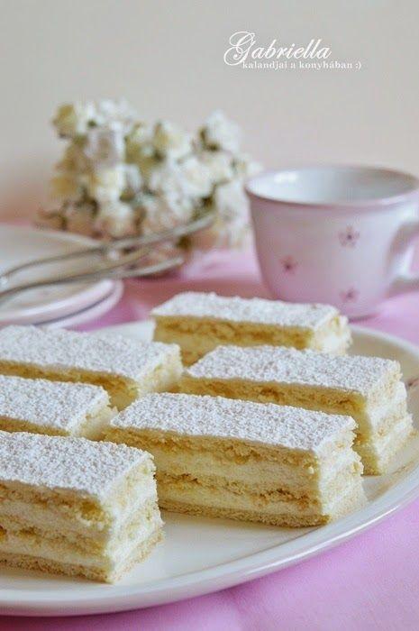 Ez a hófehér sütemény nagyon tudja magát kínálni, az ember nem igazán tud megállni 1-2 szeletnél. A puhán omlós tésztát jól kiegészíti a ne...