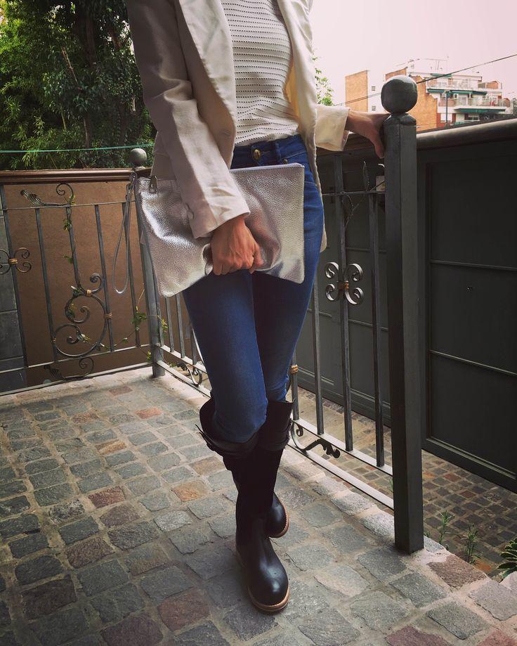 Carteras de cuero.  Sobre de cuero plateado Fashion Style Facebook: Regina.Corsaro.Zapatos.Y.Carteras https://www.facebook.com/Regina.Corsaro.Carteras.Y.Zapatos/