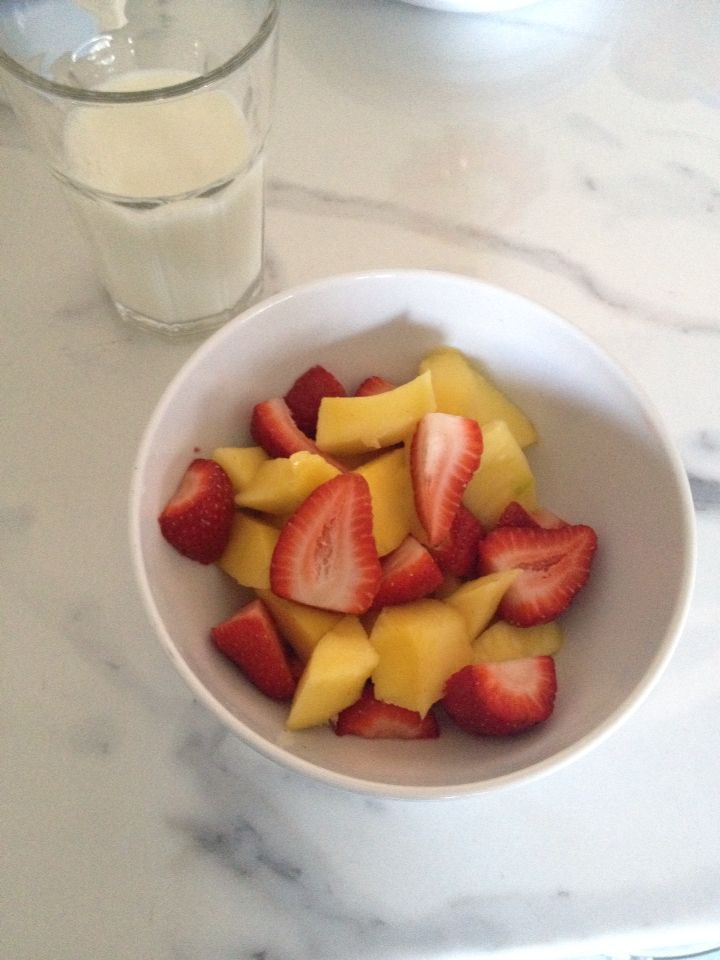 Un bel bicchiere di latte fresco, una tazza di frutta con mango e fragole... Così si parte per una buona giornata! #milk #colazione #frutta