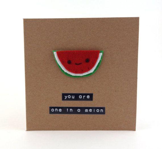 Deze vrij voelde verfraaid meloen kaart zou geweldig om te verzenden iemand laat zien hoeveel je liefde hen op hun verjaardag, bruiloft of verjaardag, of gewoon omdat!  Deze 13,5 x 13,5 cm kraft kaart is verfraaid met een schattig schijfje van sappige watermeloen met een smiley. Gelieve te voelen vrij om te vragen voor een ander bericht, zolang het is 30 tekens of minder inclusief spaties. Gewoon schrijven wat je wilt in de sectie Opmerkingen bij de kassa!  Wordt geleverd met een bijpassende…