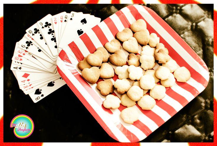 Galletas de almendras con formas de corazones, tréboles y picas.