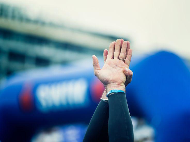 La pregunta es: ¿Hacer una maratón en cinco horas sin apenas entrenamiento, es salud? ¿Llevar el cuerpo al límite durante más de quince horas de competición entre natación, ciclismo y carrera a...