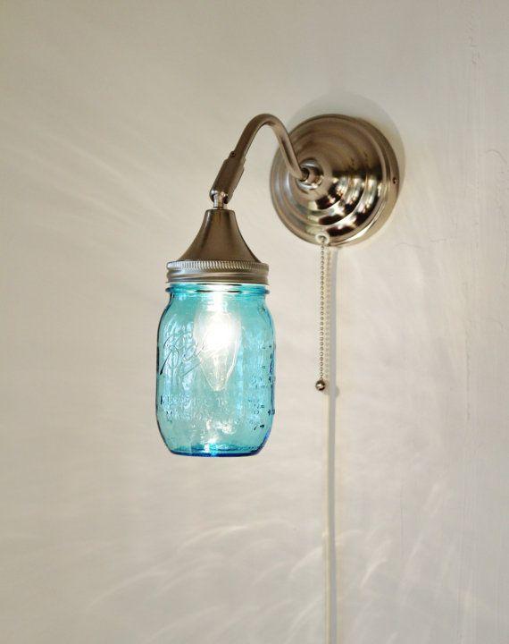 Applique murale de Mason Jar mettant en vedette un bleu Pint Ball Mason Jar - Upcycled suspendus bougeoir inox d'éclairage mural - BootsNGus lampes