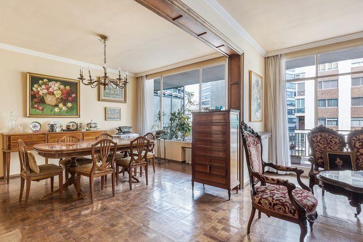 #Piso en venta #Barcelona #L'Esquerra de l'Eixample  Piso señorial en la calle Comte d'Urgell.   BARCELONA - EIXAMPLE - L'ANTIGA ESQUERRA DE L'EIXAMPLE - C/ Comte d'Urgell, cerca de la Pl. Francesc Macià.  Producto en exclusiva de Apialia. Piso de 180m2 útiles en perfecto estado, alto, señorial y luminoso. Está compuesto de cinco habitaciones (cuatro dobles y una individual) tres baños, cocina, amplio salón-comedor dividido en dos zonas con balcón/terraza de 25m2, que goza de vistas al…