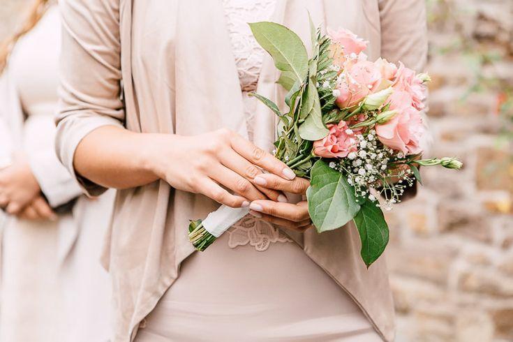 Trauung im freien auf Schloss Ehreshoven   Engelskirchen - AaronKa Photography.  Brautstrauss für die standesamtliche Trauung. Inspiration für die Sommerhochzeit