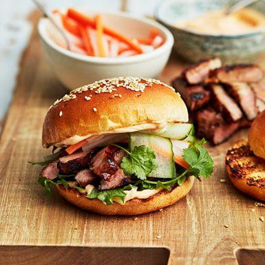 Vardagslyxa med en maffig burgare som du fyller med grillad fläskkarré. Köttet penslar du först med asiatisk hoisinsås. Bygg karréburgaren med det skivade köttet, hyvlad gurka, sallad, pickles och srirachamajonnäs. Glöm inte att grilla hamburgerbrödet också!