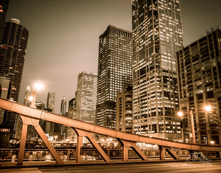 Chicago: Bridge over the river at night