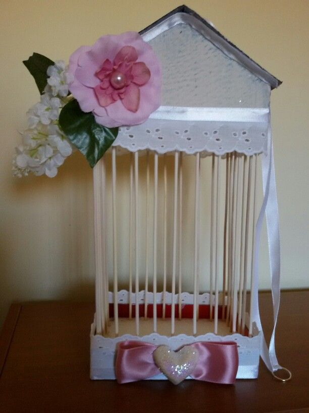 Gabbia decorativa realizzata con polistirolo cartone stecchini nastrino e fiori, ispirazione presa da indulgy.co m