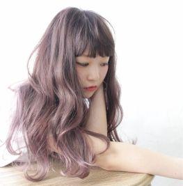 ピンクの甘さ、ラベンダーのアンニュイで儚い雰囲気が合わさった春にぴったりのヘアカラー「ピンクラベンダー」ブラウンや濃いめのカラーをベースにした髪色から、ハイトーンなピンクラベンダーカラー、グラデーションヘアーまで様々ななピンクラベンダーを髪色に取り入れたヘアスタイルを集めました。 (2ページ目)