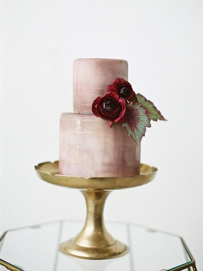 Bonito bolo dos noivos com cores de outono: rosa malva com ranúnculos e folhas de begonia