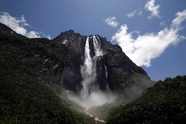 Καταρράκτης Salto Angel στη Βενεζουέλα. Έχει ύψος 979 μέτρα και είναι ο μεγαλύτερος καταρράκτης του κόσμου(© Jorge Silva/Reuters)
