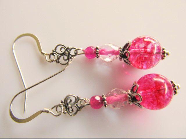 Oorbellen Crackle Rose bergkristal fuchsia roze met een tsjechisch glaskraaltje en een facet jade kraaltje. met klein chandeliertje en simpele oorhaak. geheel zilver.