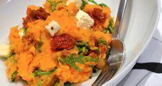 Een lekker en gezond budgetrecept is zoete aardappelstamppot met rucola.