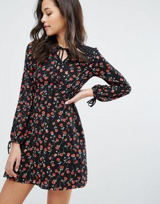 Miss Selfridge - Robe à motif floral avec découpes sur l'encolure