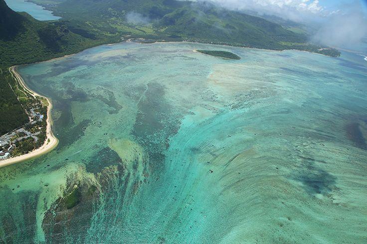 Mauritius モーリシャス 海にできる滝